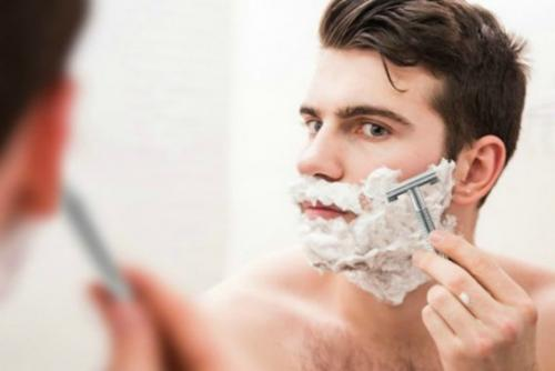 Men Shaving In Mirror With Shaving Cream 570x381 1